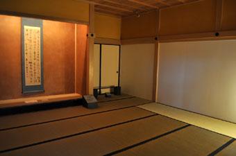 表座敷の床の間の掛け軸は最後の箱館奉行杉浦兵庫頭誠の書